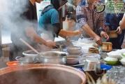 云南这条神奇街道:白天是紫陶交易市场,晚上是人声鼎沸的美食城